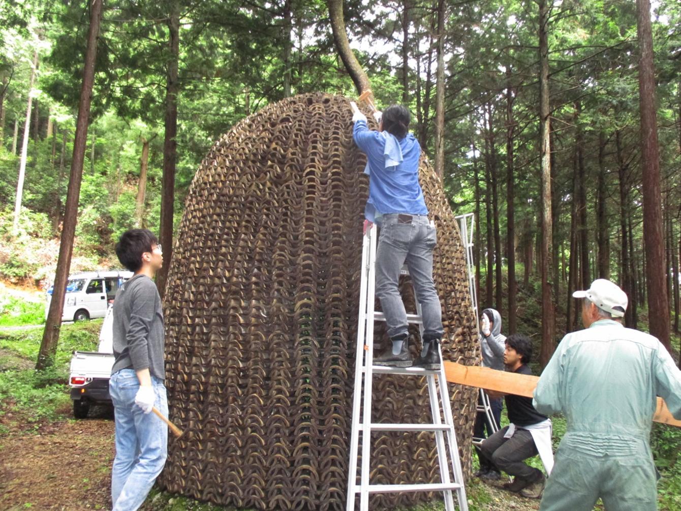 作品、補修中。(写真はイン神山の日記記事「7月9日(日)ライトな森づくりしました」中のもの)