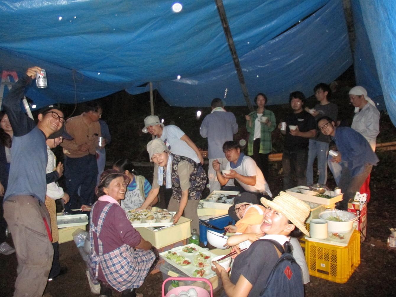 ドシャブリの中、食事。(イン神山の日記記事「7月9日(日)ライトな森づくりしました」中のもの)