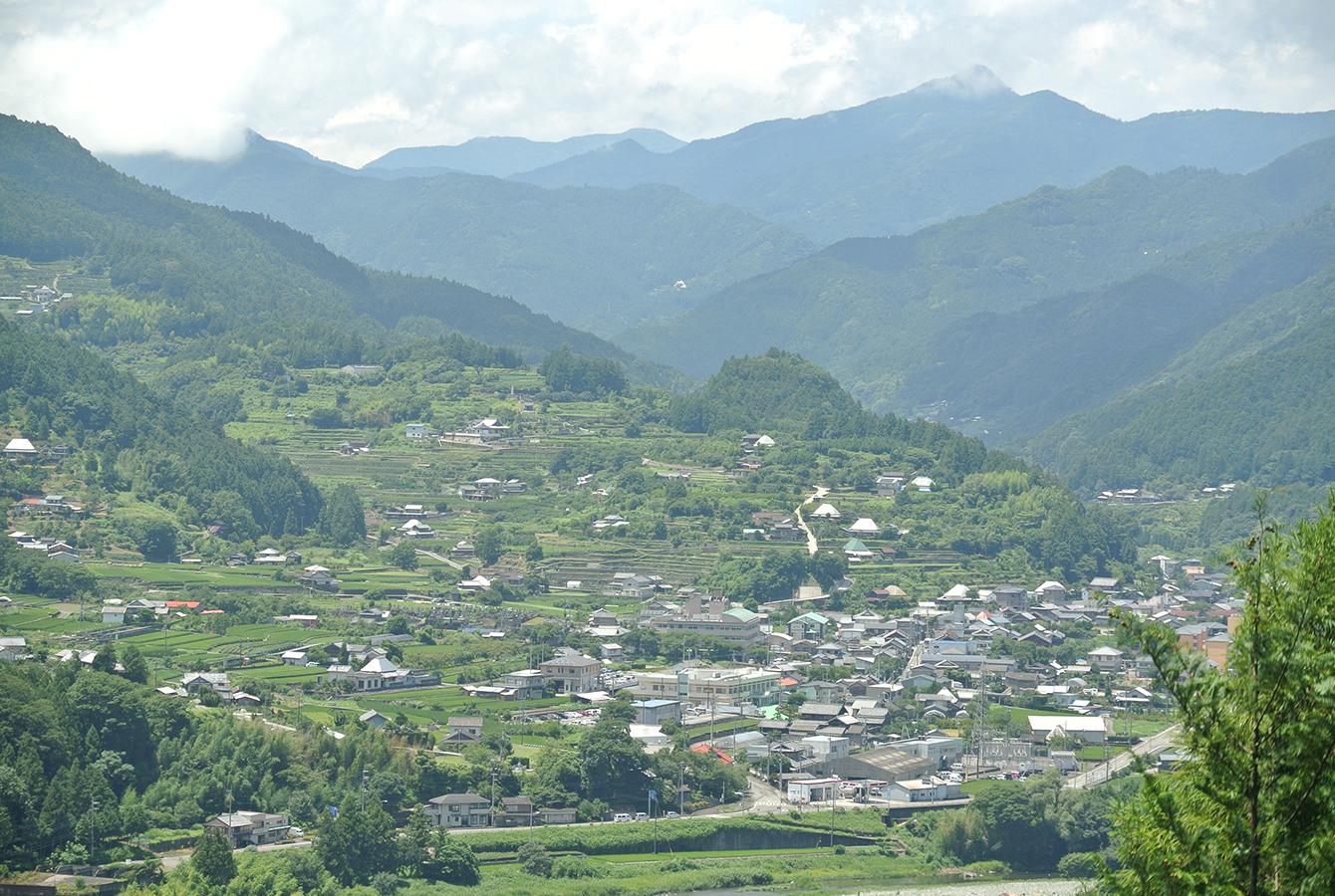 大粟山から見下ろした神山町。