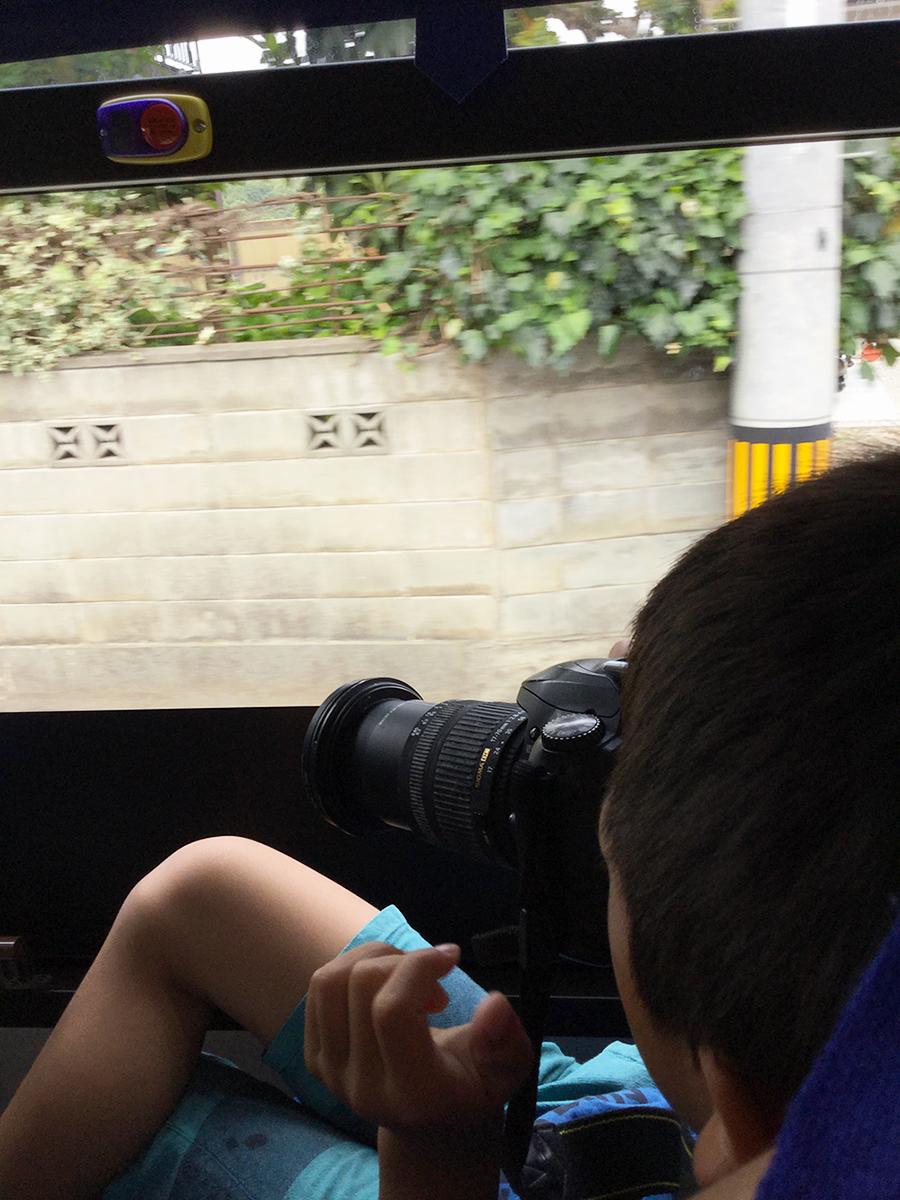 車窓から写真撮影を始める息子。バスの乗客は私たち親子だけで借り切り状態でした。