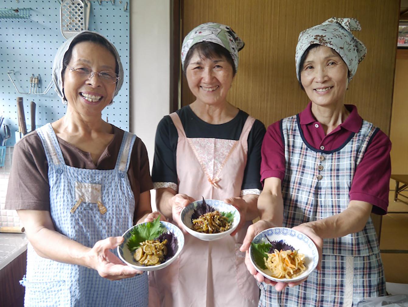 今回の案内人のお母さんとそれぞれ紹介していただいた料理。左から阿部節子さんときゅうりの佃煮、田中充代さんとゴーヤの佃煮、古庫久代さんと切干大根のハリハリ漬け。 (写真提供:株式会社フードハブ・プロジェクト)