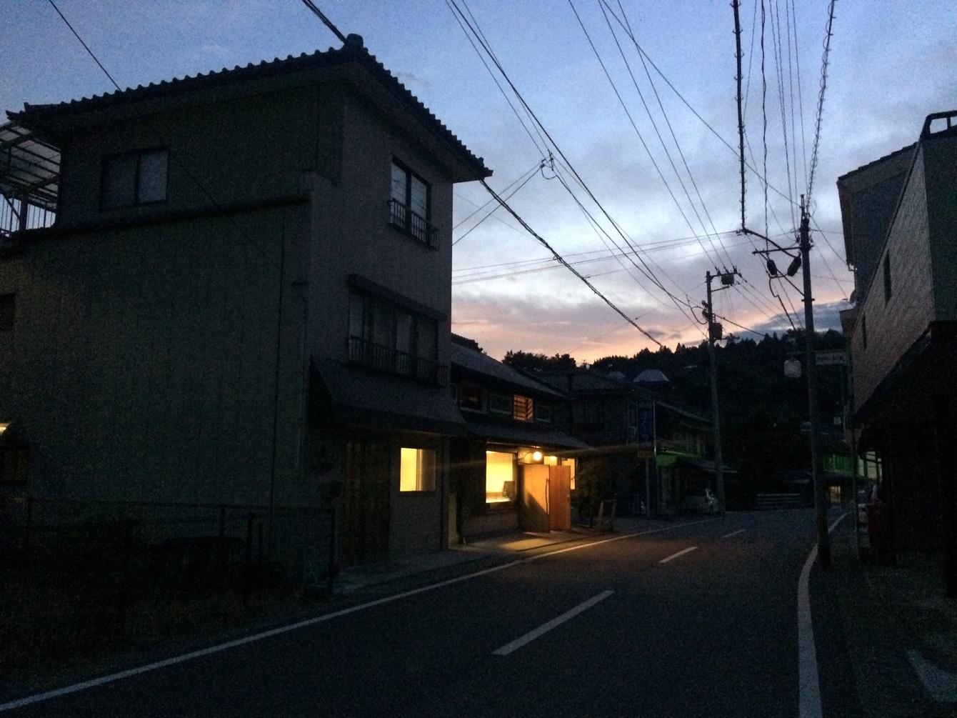 夕暮れ時の寄居の商店街から見えるカフェ・オニヴァ。