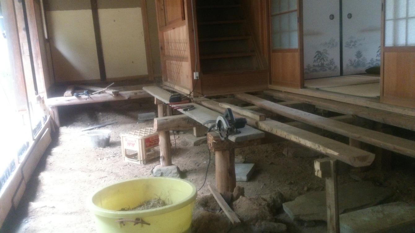 床を剥がす。シロアリに食べられてしまった木がたくさんあった。コンクリートを流し通路にする予定。