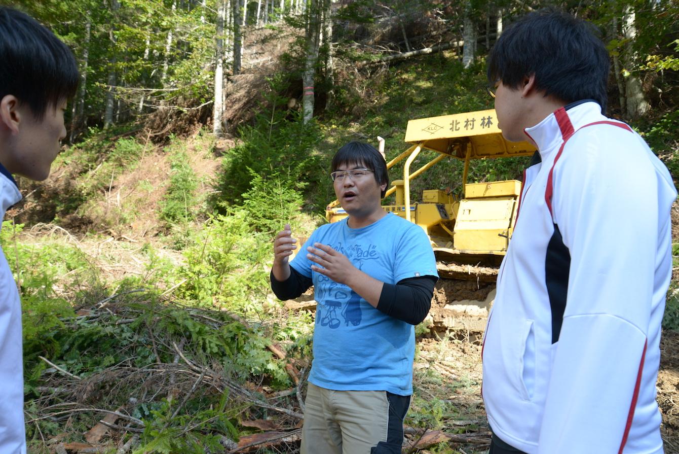 北村林業代表 北村昌俊さん(中央)とWorking Journey参加者のお二人。