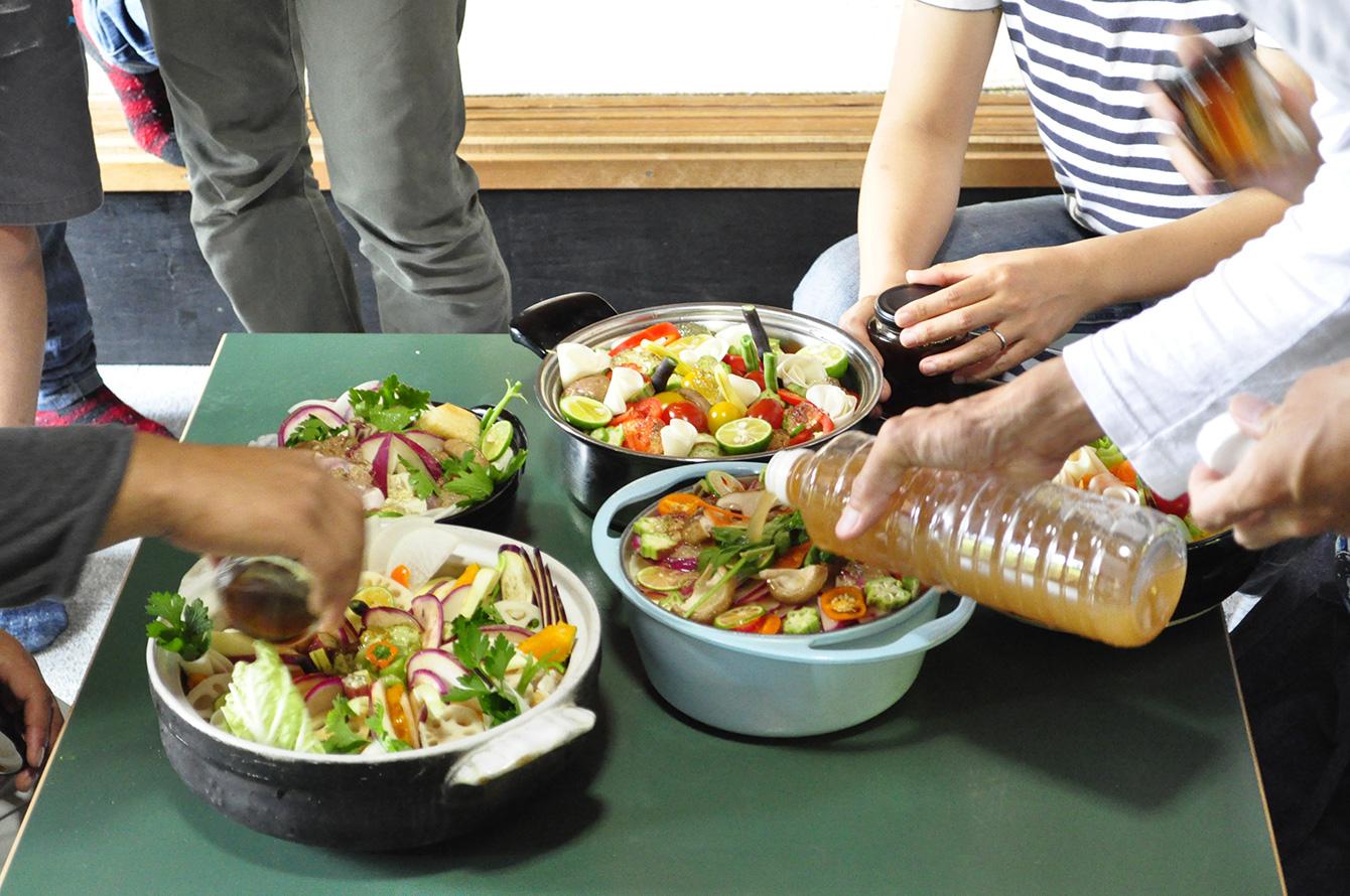 「神山野菜鍋づくり」イベントにて。オリジナルの鍋つゆを作ったら特別感が出て参加者も喜ぶのではという想いから、鳴門市の美味フーズさんと共同でつゆづくりに励む。どうせなら商品化してしまえ、と現在商品化に向けて試行錯誤中。