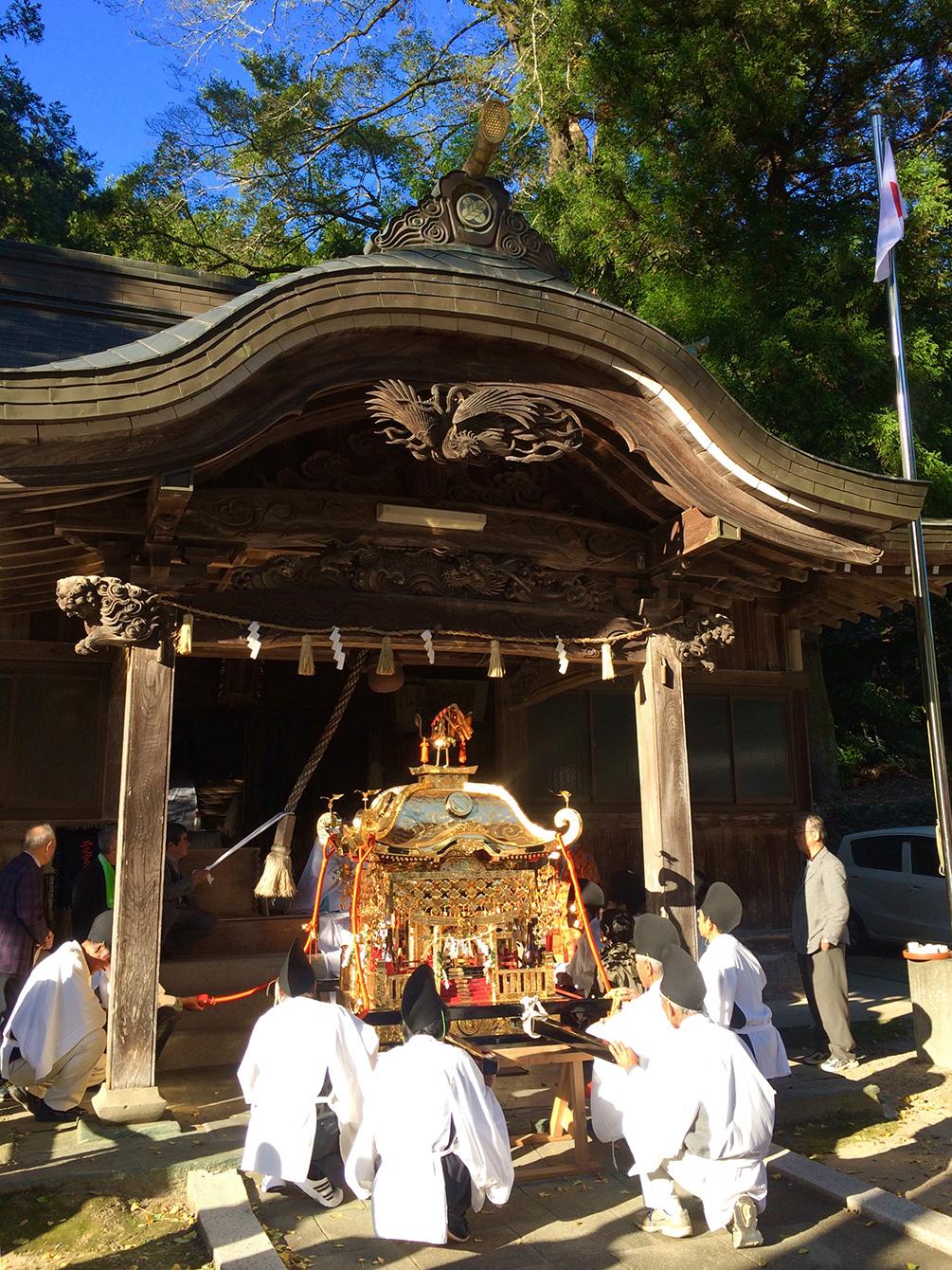 神様に本殿からお神輿へ移動していただく儀式。神様を見てはいけないので、移動が始まると頭をさげて移動が終わるのを待ちます。
