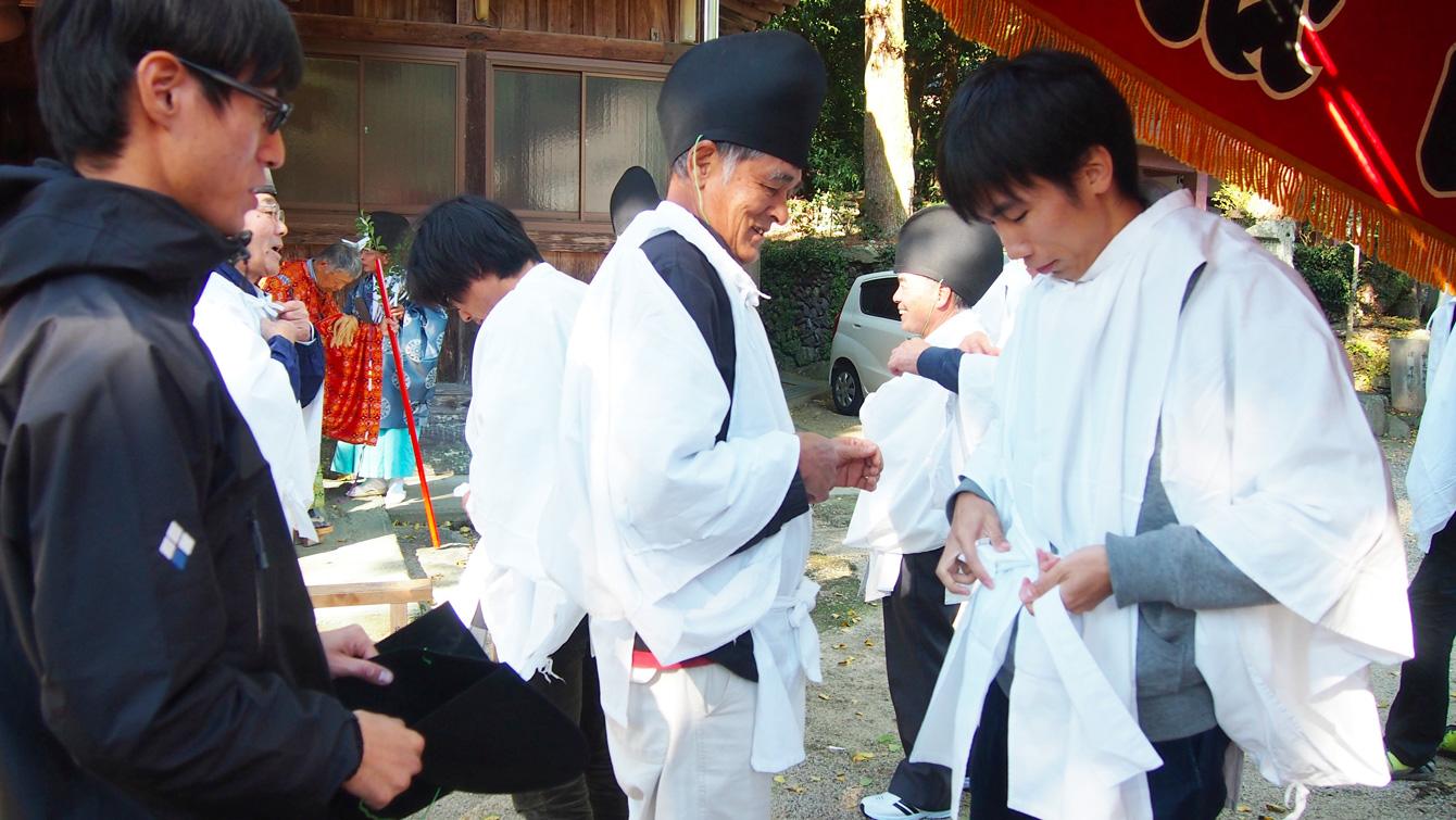 塾生の遠藤と雨森は装束をお借りしてお神輿担ぎに参加。 地域の方に教わりながら、なんとか着ることができました。