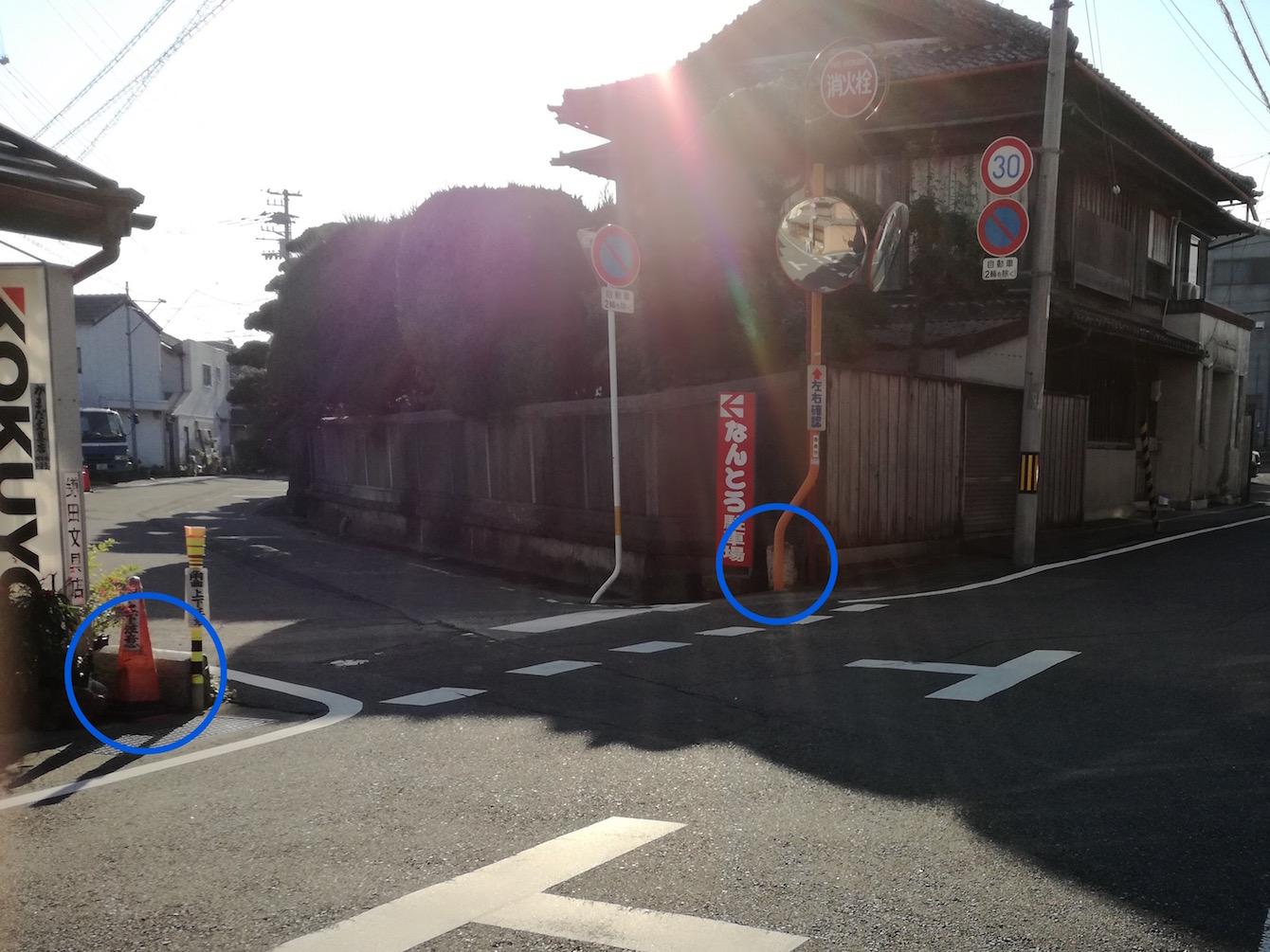 よーく見ると、かまだ文具店の角と「なんとう駐車場」看板の隣に常盤橋の石橋が一部残っています。