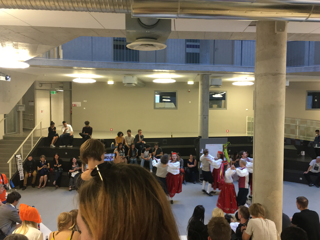 留学したエストニアの学校で行われたインターナショナルパーティ。ヨーロッパを中心に世界各国から生徒が集まるため、国ごとの伝統文化や食に触れることができた。写真は、エストニアの民族衣装を身に着け、伝統的なダンスを披露したもの。