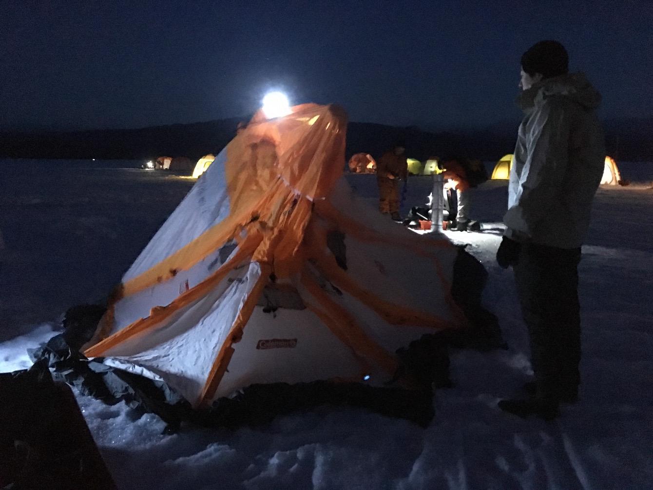 風をしのぐための簡易テントは必須アイテム。