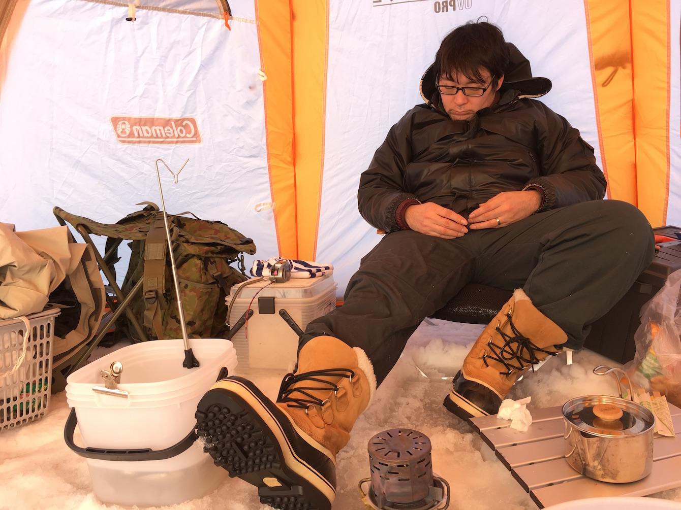 昼食後に仮眠をとる松本さん。釣り竿に反応があると、すぐさまに起きて糸を引き上げる姿は職人でした。
