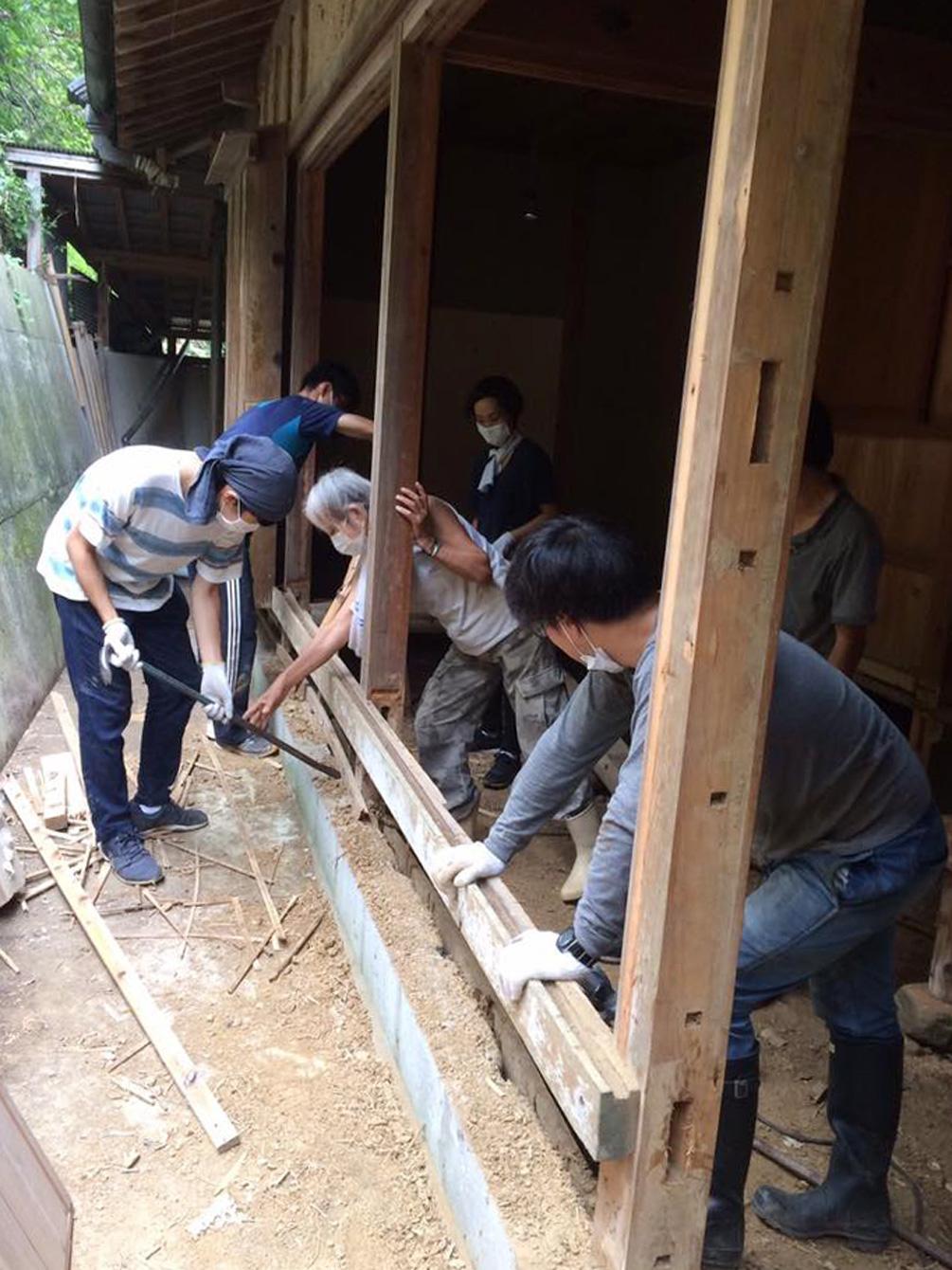 古民家改修にあたり、中山さんから道具の使い方を教わる。