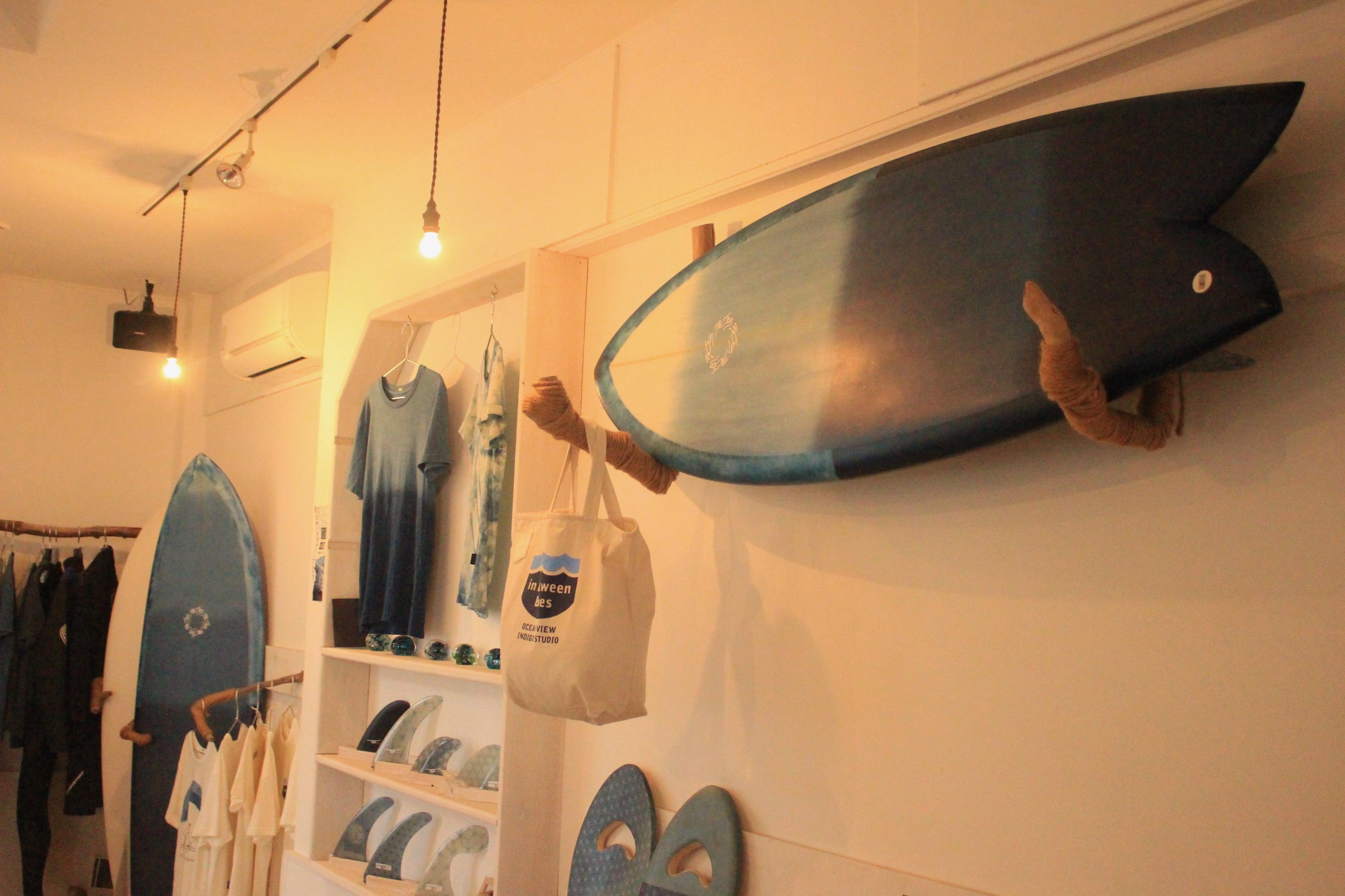レキさんが手がける、藍染めのサーフボード。